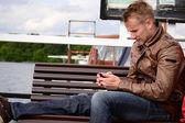Um jovem com um smartphone — Foto Stock