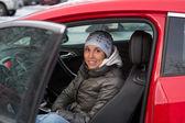 Bela mulher sentada em um carro — Foto Stock