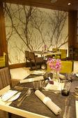 Interior del restaurante moderno, vaso vacío en mesa. — Foto de Stock