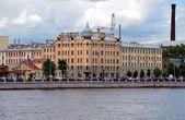 在圣彼得斯堡的 petrogradskaya 码头的视图 — 图库照片
