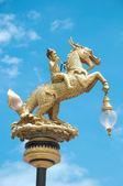 мальчик едет лошадь в тайском стиле как уличный фонарь — Стоковое фото