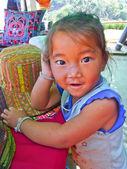 Weinig meisje heuvel stam in mon jam hill in chiang belangrijkste, thailand — Stockfoto