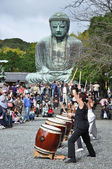 Drum show in front of Big Buddha at Kamakura, Japan — Stock Photo