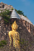 The stucco of standing Buddha at the Khao Ngu Cave in Thailand — Стоковое фото
