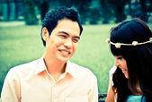 Ritratto di una coppia felice, ridendo nel giardino — Foto Stock