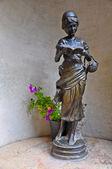 Reading girl statue — Stockfoto