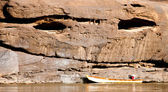 Boat and rock in Khong River at Sam Pan Bok, Ubonratchathani, Th — Foto de Stock