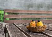 La coppia di uccelli in ceramica per la decorazione — Foto Stock
