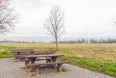 集团板凳和花园里的桌子 — Stock fotografie