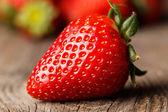 Nahaufnahme der erdbeere auf holztisch. — Stockfoto
