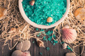 Set of spa accessories. Sea salt with seashells. — 图库照片