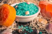 Conjunto de acessórios do spa. sal marinho, mão feita aromático sabonete laranja. — Fotografia Stock