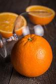 оранжевый с пустой стакан на деревянной поверхности. основное внимание на верхней части передней оранжевый — Стоковое фото