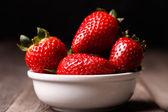 Aardbeien in plaat — Stockfoto