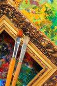изображение художника палитры, кисти и художественные рамки — Стоковое фото