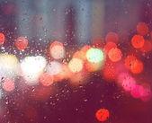 Immagine di gocce di pioggia sulla finestra di notte in città — Foto Stock