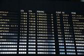 空港ターミナルでのフライト情報ボード — ストック写真