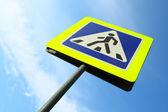 Imagem de sinal de passagem para pedestres, contra o céu — Foto Stock