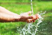 Händer med vattenstänk — Stockfoto