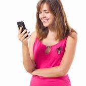 милая девочка, говорить с кем-то на мобильном телефоне — Стоковое фото