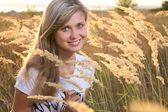 Beautiful girl on the field with spikelets — Foto Stock