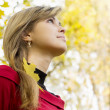 Beautiful girl walks in autumn park — Stock Photo