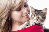 Beautiful girl with fluffy kitten on her shoulder — Stock fotografie