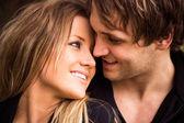 Moment romantique, tendre d'un jeune couple attrayant. bouchent portrait — Photo
