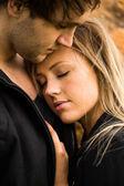 Momento romantico, tenero di una giovane coppia attraente. piuttosto adorabile ragazza chiudendo gli occhi — Foto Stock