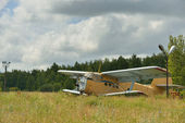 Old broken plane in a field — Stock Photo