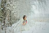 冬の森で熱いお茶を飲む女性 — ストック写真