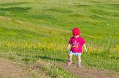 Criança em pé no campo — Foto Stock