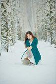 зимние женский портрет сидя на снегу — Стоковое фото