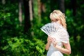 Linda noiva com ventilador — Foto Stock