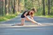女人在做伸展运动体育 — 图库照片