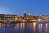 бремен, германия - набережная шлахте риверсайд и мартини церковь в вечернее время — Стоковое фото