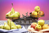Compare apples to pears — Stock Photo