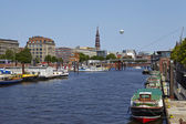 Hamburg (Germany) - Toll canal with church of St. Catherine — Stockfoto