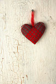Czerwone serce ręcznie na stare drewniane drzwi — Zdjęcie stockowe