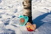 Dos corazones hechos a mano sobre un fondo de nieve — Foto de Stock