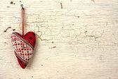 Corazón de san valentín en una vieja puerta de madera — Foto de Stock