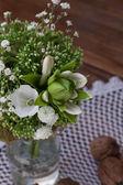 Bouquet de fleurs sauvages dans le style provençal avec écrous — Photo