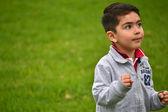 Niño jugando en el parque — Foto de Stock