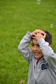 Bambino che gioca nel parco — Foto Stock