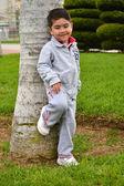 Kinder spielen im park — Stockfoto