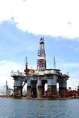 Oil rig in the harbor — Stockfoto