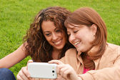 Friends taking picture wich camera phone — Foto de Stock