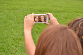 Friends taking picture wich camera phone — Foto Stock