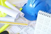 Helmu a nářadí pro stavební výkresy — Stock fotografie