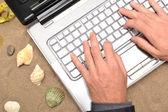 Işadamı onun bilgisayar ile çalışma — Stok fotoğraf